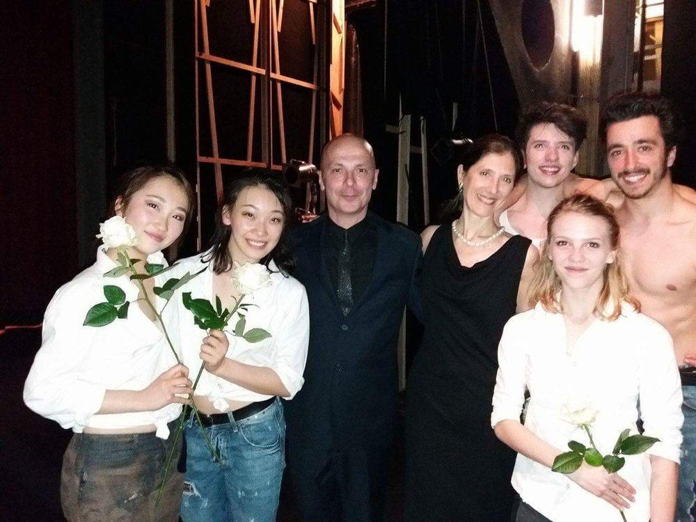 Paola Cantalupo et Davide Bombana entourés par les danseurs du Cannes Jeune Ballet  Crédit Photo: Hacène Bahiri