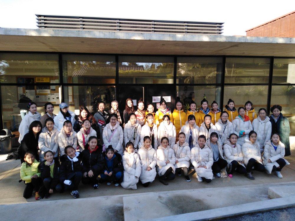 Le groupe d'élèves accompagnés de leurs professeurs devant les studios de danse