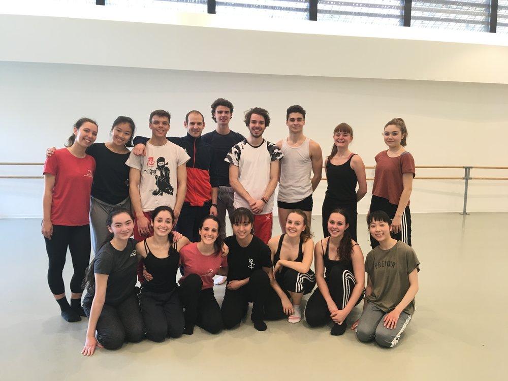 Aymeric Aude, danseur d'Introdans, entouré des élèves de l'école à la suite de son atelier