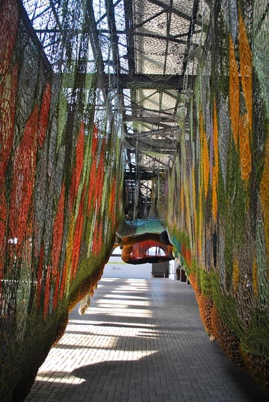 O colorido das cordas enfatiza o aspecto lúdico do conjunto