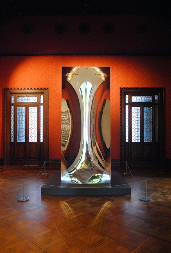 Obra de Anish Kapoor na entrada da exposição