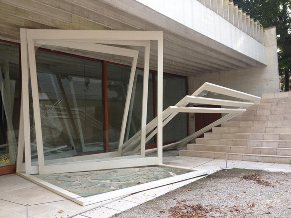 Intervenção de Camille Norment assume a forma de molduras, que se assemelham às esquadrias do pavilhão.