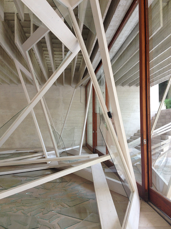 Molduras se assemelham às esquadrias do prédio, há uma harmonia entre a inserção e o existente.