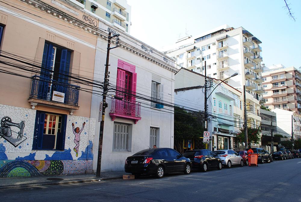 hostel contemporâneo visto da rua bambina