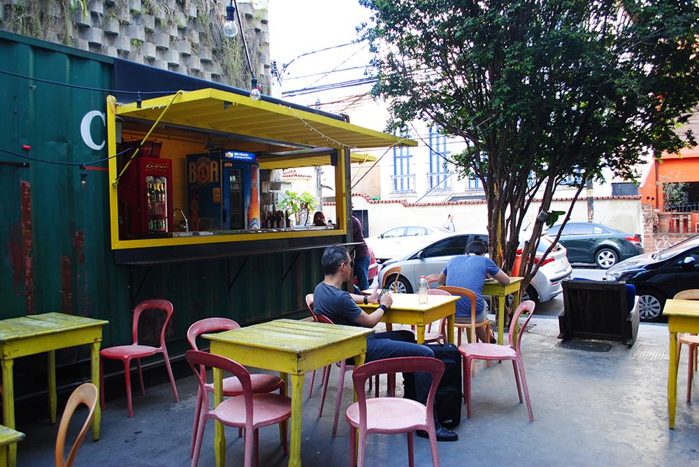 café do lado de fora do hostel e pequena praça aberta para a rua bambina