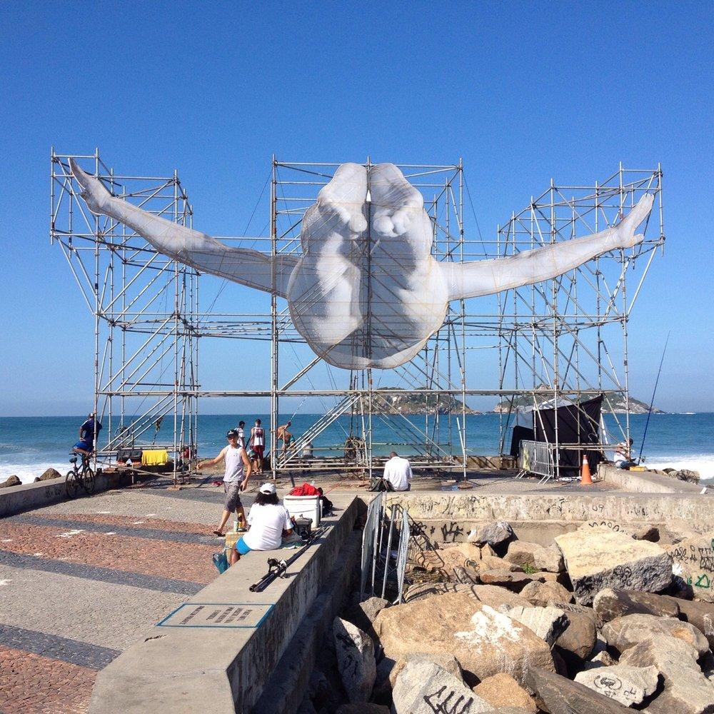 intervenção do artista francês JR na praia do Pepê