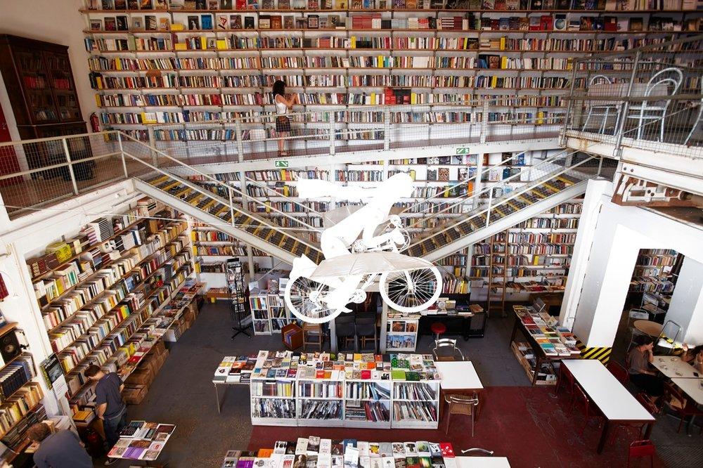 Livraria Ler Devagar, na LX Factory. Fonte: http://www.entendaoshomens.com.br/wp-content/uploads/OD-BC797_LISBON_M_20140619182051.jpg