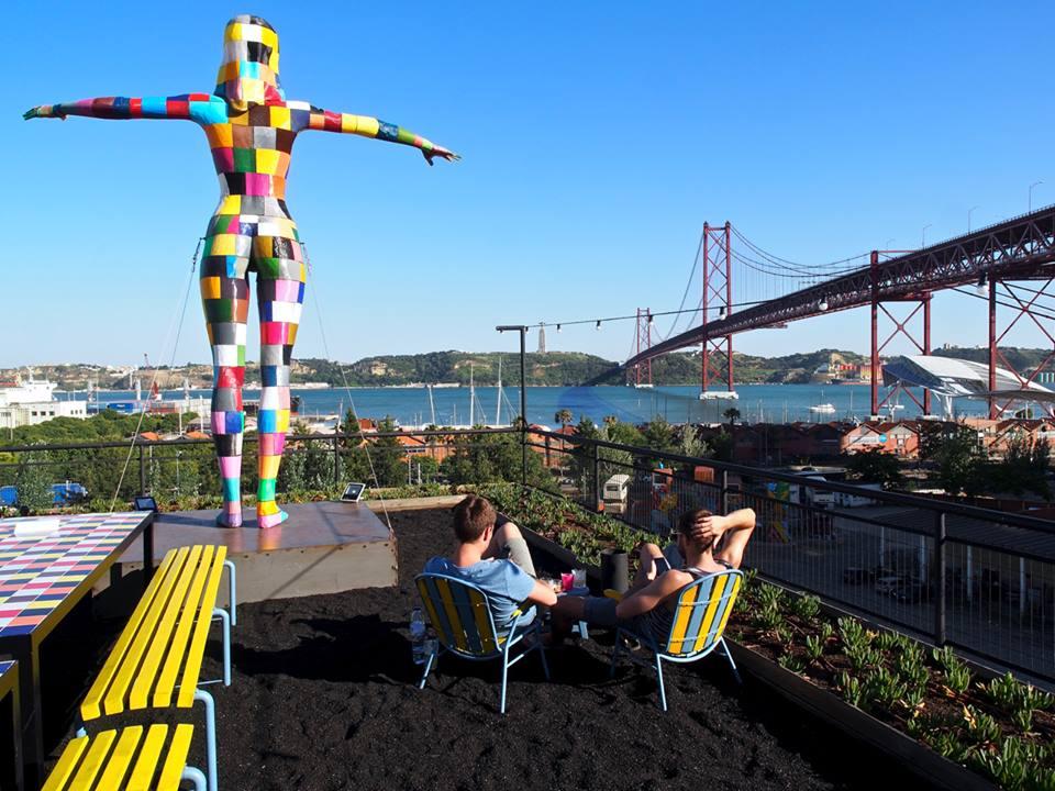 Estátua de autoria de Leonel Moura cria uma relação com o monumento cristo rei, do outro lado do rio. Foto:http://www.travelandtaste.pt/uploads/1/1/7/5/11754537/lx_orig.jpg