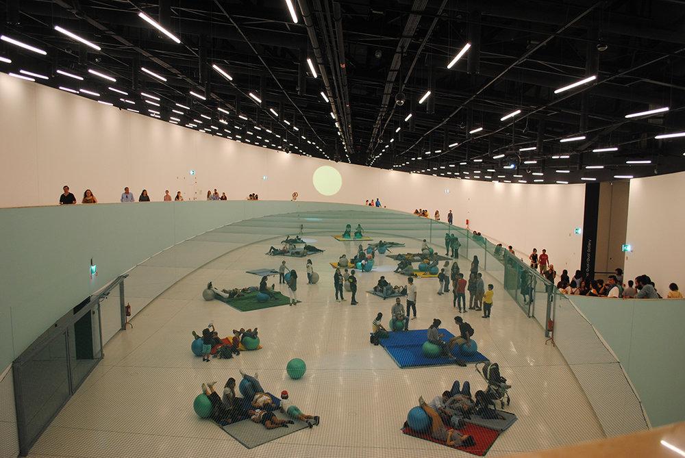 Espaço interno do MAAT com intervenção de Dominique Gonzalez Foerster