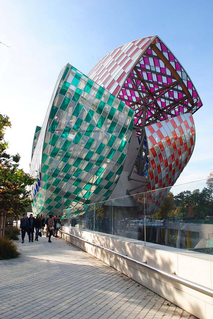 Fondation Louis Vuitton, com intervenção do artista Daniel Buren na fachada.