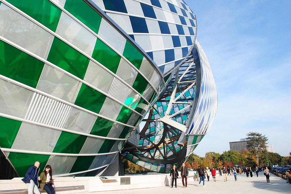 Fondation Louis Vuitton, com intervenção colorida do artista Daniel Buren, na fachada.