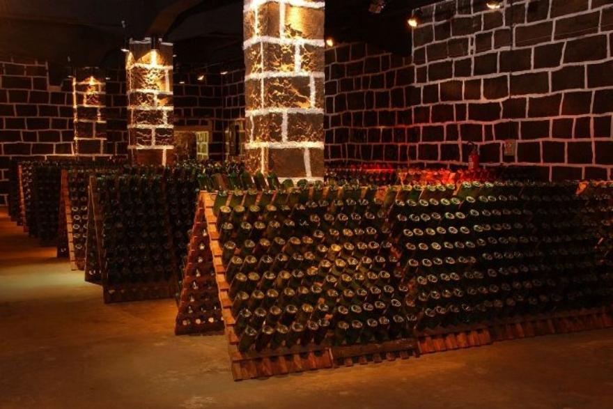 Garrafas de espumante aramazenadas na cave da vinícola Peterlongo. Fonte Foto:http://www.gazetadopovo.com.br/bomgourmet/100-anos-em-boa-forma/