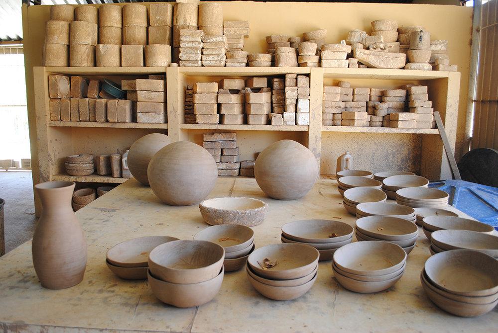 Na fábrica de cerâmica