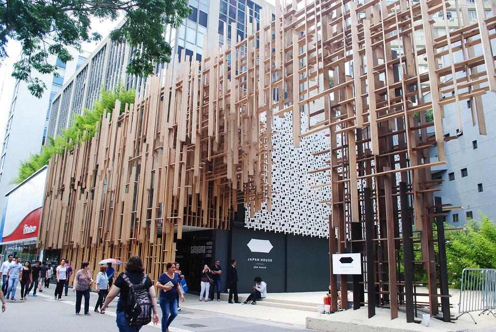 Fachada de tábuas de madeira