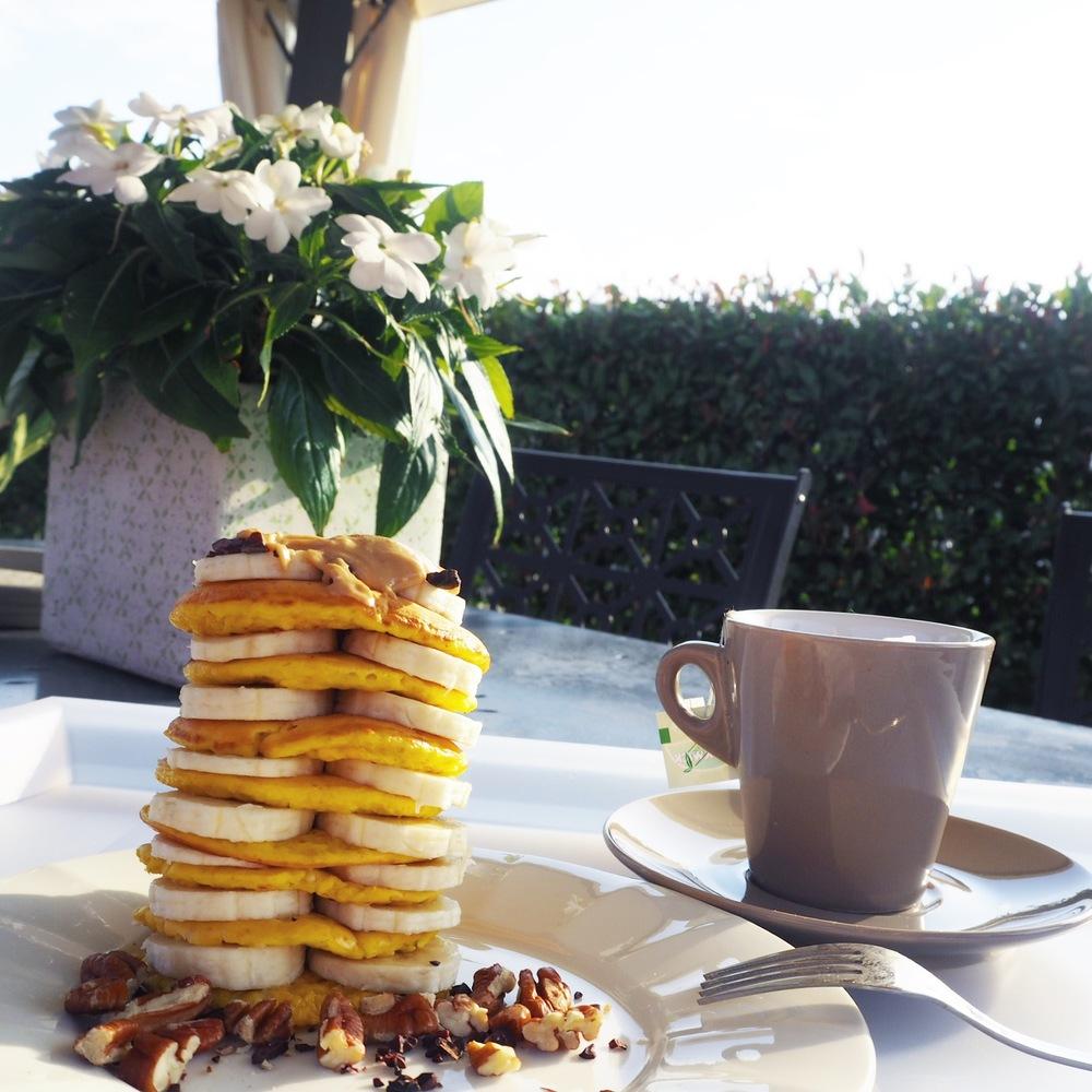 První snídaně na zahrádce v Itálii - cottage lívance  First breakfast on our Italian garden - cottage pancakes