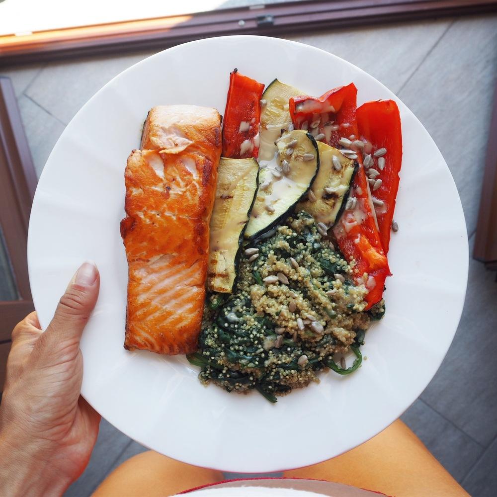Grilovaná zelenina, losos, quinoa, špenát, slunečnicová semínka a tahini  Grilled veggies, salmon, quinoa, spinach, sunflower seeds, tahini