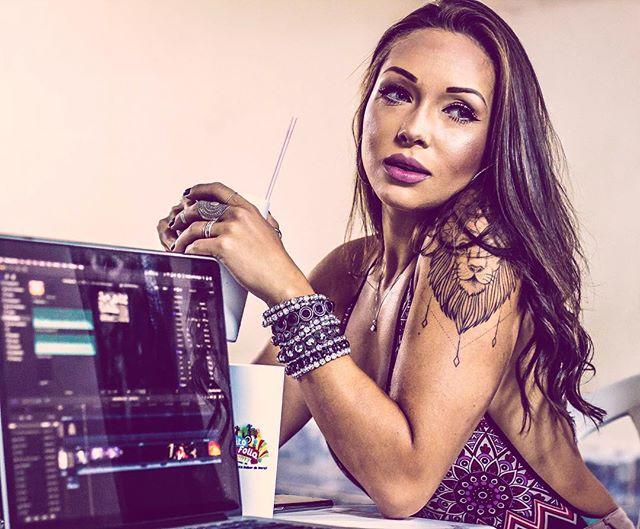 Prazer & trabalho se misturam SIM! Amanhã é dia de gravação de clipe com os lindões do @oclaoficial !! Preparamos um batidão PESADO pra vcs darem Start no verão! Se liguem nos stories pra ver as novidades 😘🙌🏾🙌🏽🙌🏻 #zoomboxx #oclã #loucuradeverao #clipe #livedj #raga #funk #reggaeton #posedequebrada #parceria #fds #verao2018