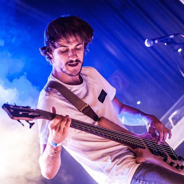 🌫Ein weiterer Shimmer auf der Bühne🌫 📸@t.tschepe  #licht #nebel #blau #liveband #instamusik #bass #bassplayers #liveonstage #alternativerock #bassplayersaresexy