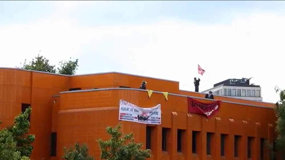 Police in riot gear approach activists on the roof of Englishche Strasse 20 on September 10th, 2015. Credit:  left report  via YouTube