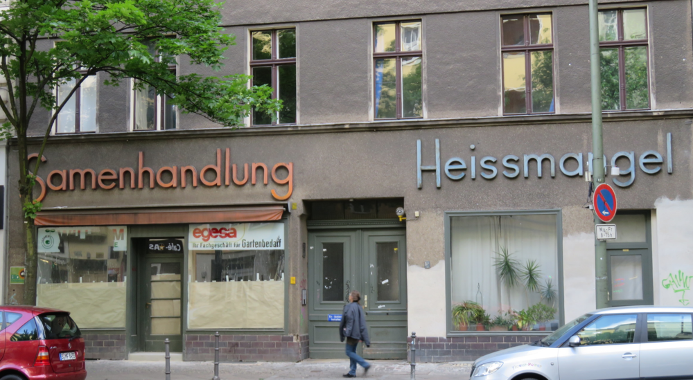 These signs, across Beusselstraße from Rosentraum (above),share an amazing geometric sans font. However, they likely belonged to two different businesses—unless one business was both a seed supplier (Samenhandlung) and clothing presser (Heißmangel).