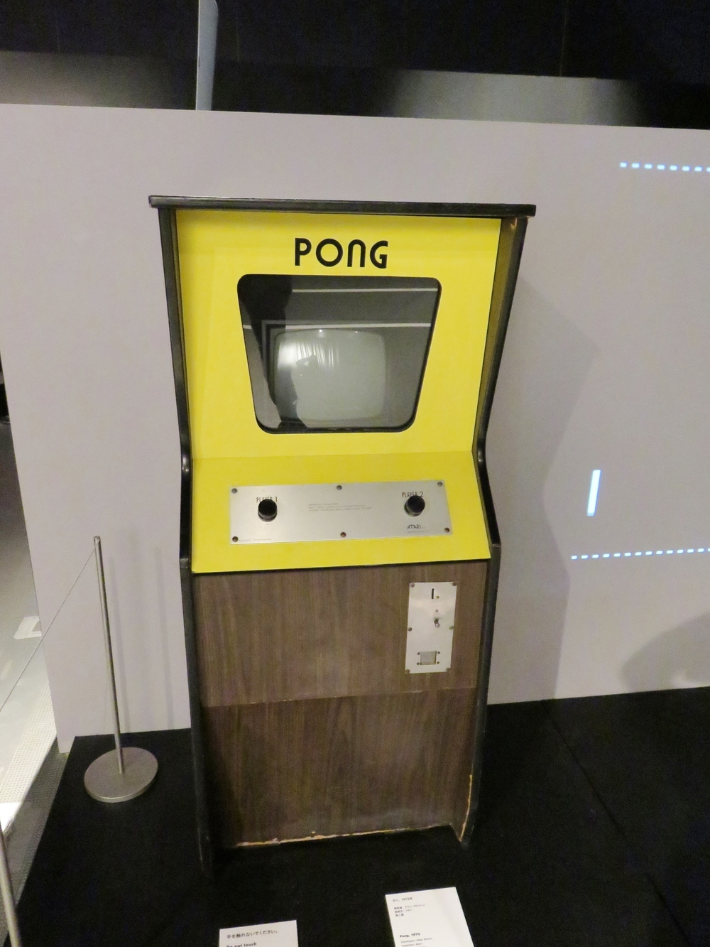 Original  Pong  cabinet with projected emulator