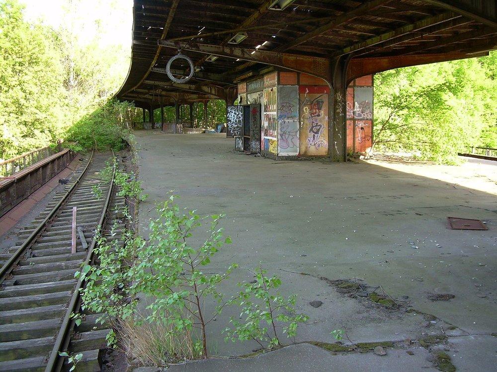 The platform of Bahnhof Siemensstadt. Photo: Matthias Manske via  Wikimedia Commons