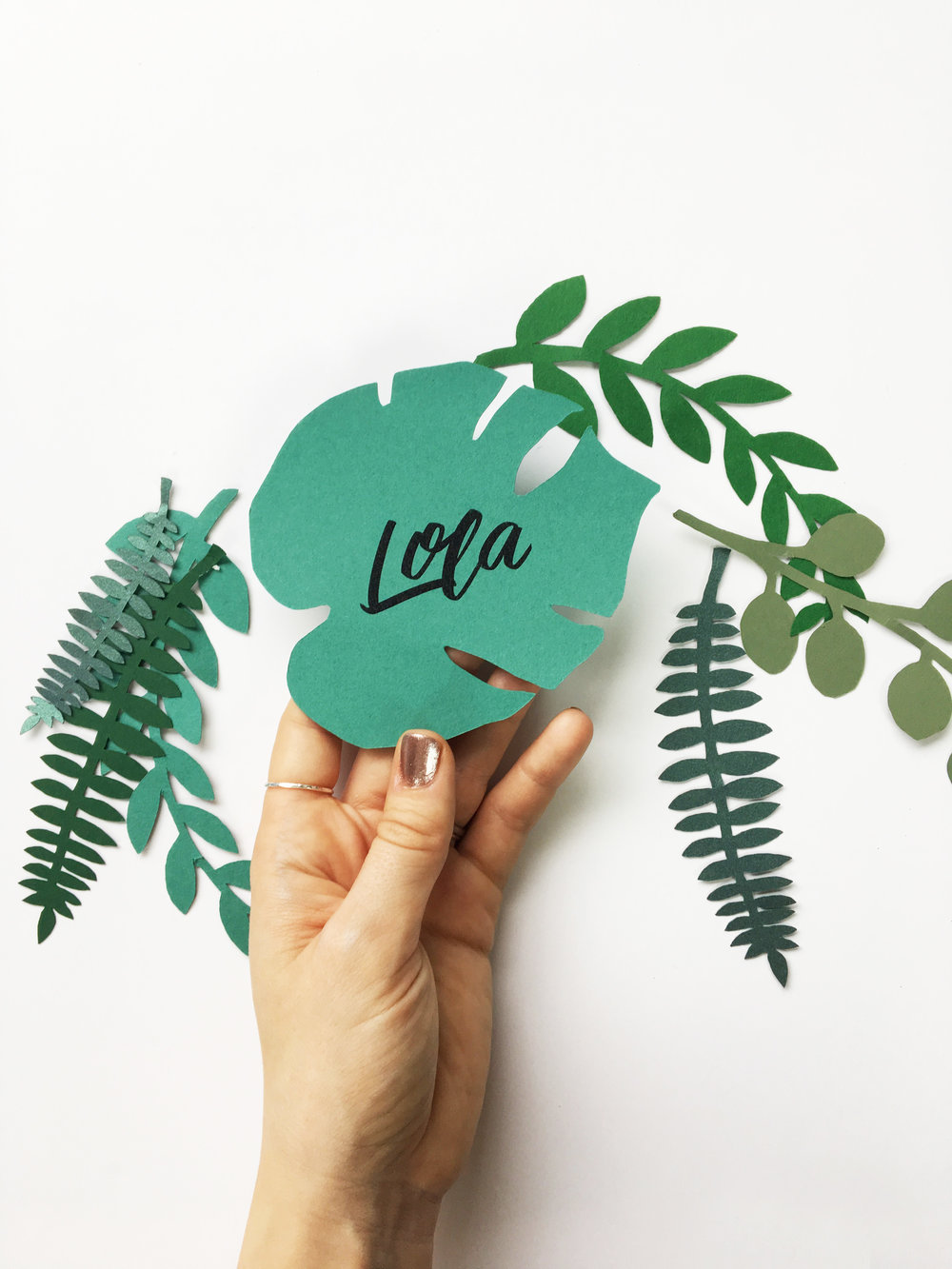 Monstera leaf place cards , but of the paper variety - no wilting for these bad boys.