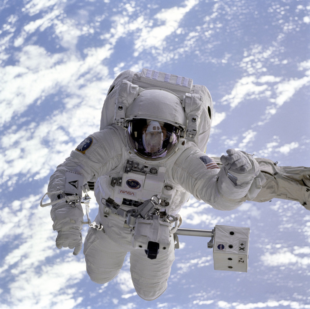 ASTRONAUT MICHAEL GERNHARDT ATTACHED TO THE SHUTTLE   ENDEAVOR   DURING A SPACEWALK IN 1995 (CREDIT: NASA)