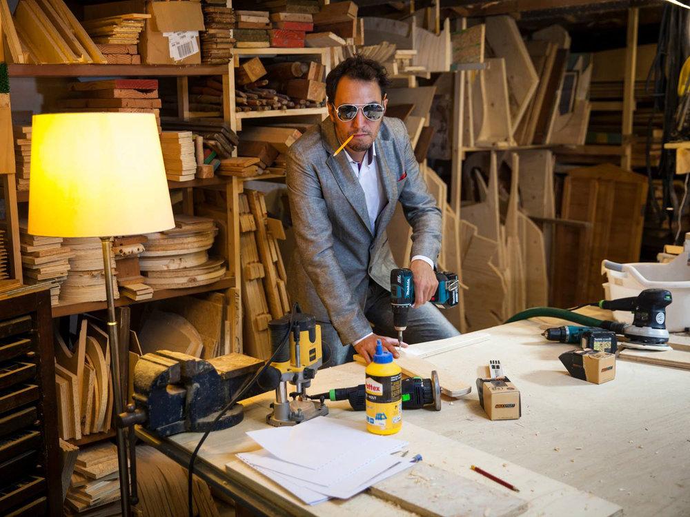 """""""Ik maak huishutten en kastkastelen met liefde. Maar ook met oude meubels. En met recyclagehout. Op eigen houtje. Ik ben uit het juiste hout gesneden. Sorry, ik kan er niet over ophouten. Hout is het mooiste materiaal ter wereld, daar hamer ik op."""""""