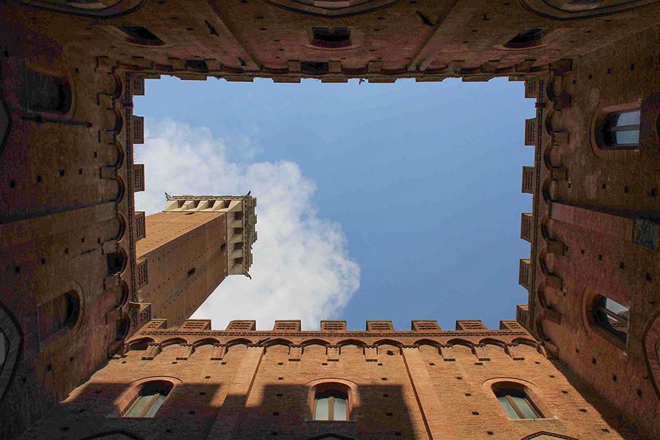 La Torre del Mangia desde el patio interior del Palacio Público.