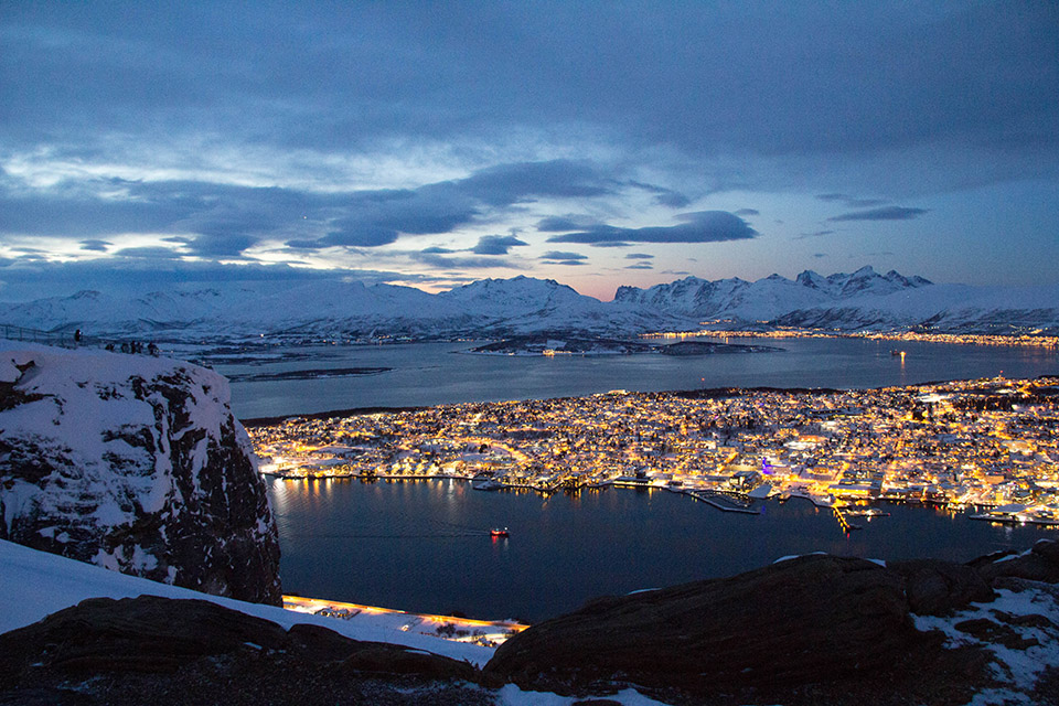 Vista de Tromsø desde el Monte Fløya al que se puede subir a pie o con el funicular Fjellheisen