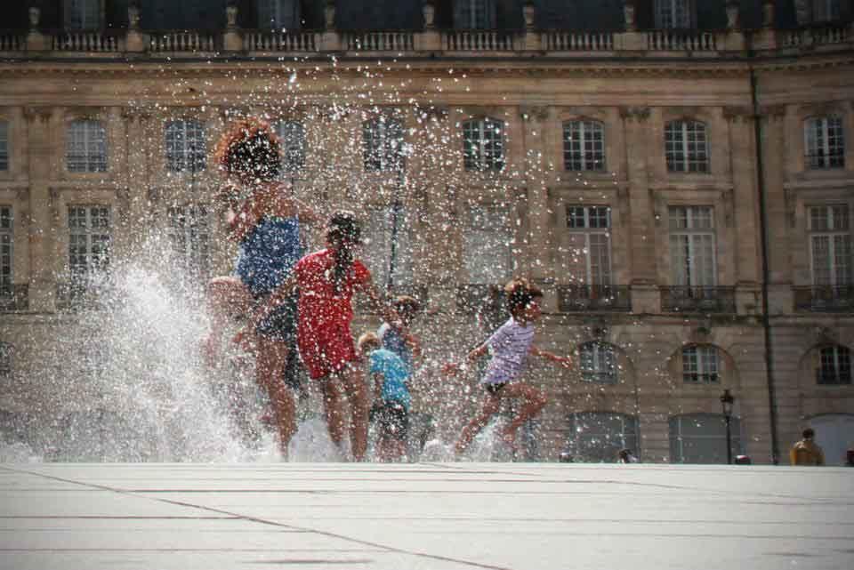 Niños Fuente de agua.jpg