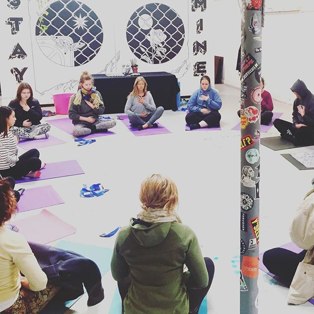 Because the connection between art and yoga = wellbeing 😊 A snapshot from our Vinyasa & Abstract Painting workshop this weekend with @wendymindfulness 🙏✨