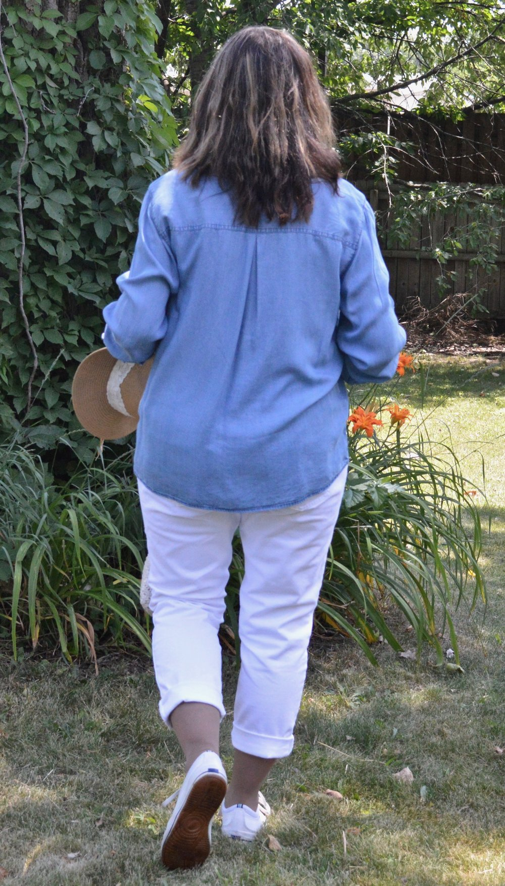 Outfit inspiration - chambray shirt and white pants