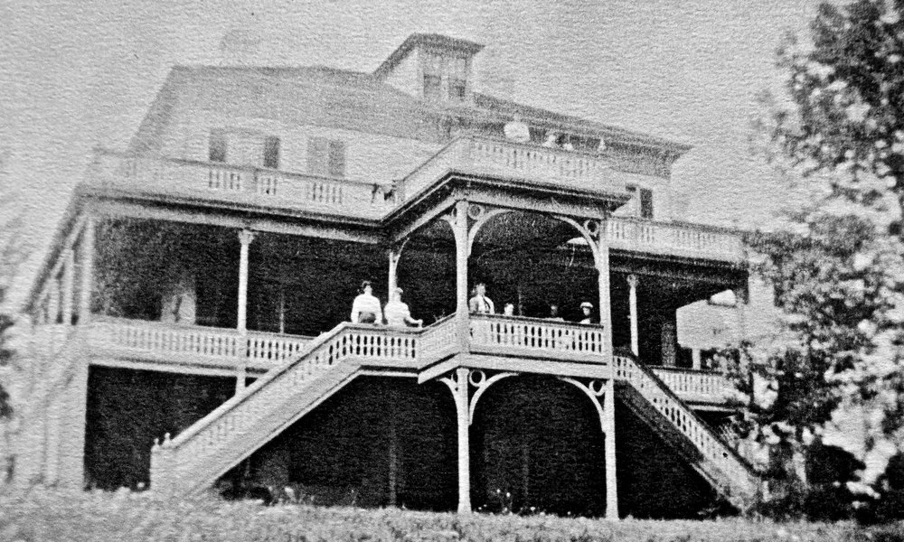 - The CA Richards house (shown here) hosted worship for the people of Squantum. Summer would find them on the wide veranda, overlooking Quincy Bay. Winter would find them inside.