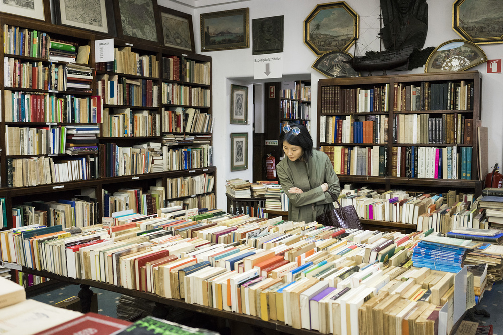 Alice Gao browsing books in Livraria Sa Da Costa