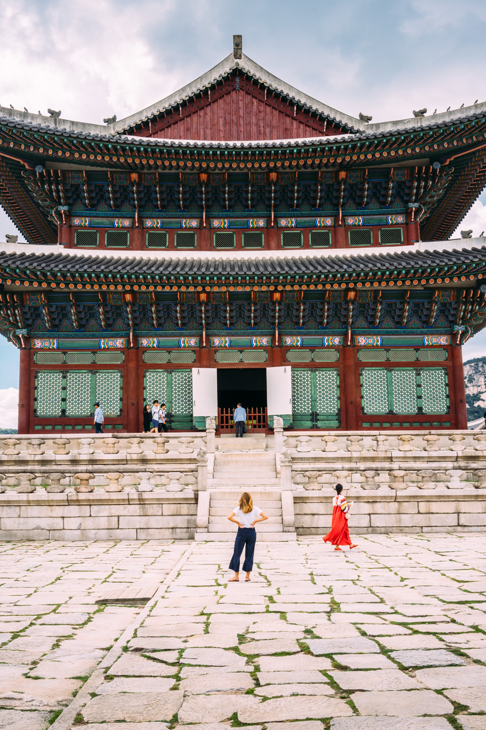 Admiring the Gyeongbokgung palace.