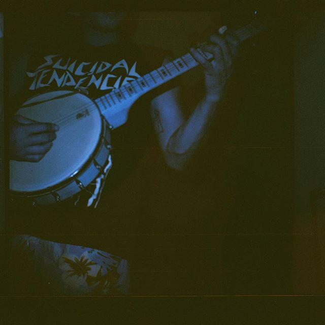 Banjos are fun @deeringbanjos | 📷 @littlelioneye