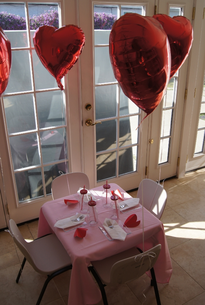 valentines table setting balloons