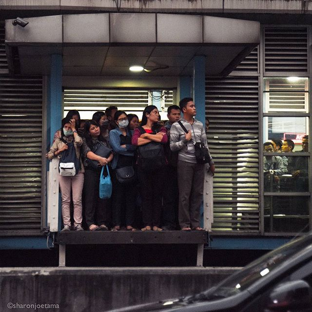 Sadly... There is no such thing as lining up in Jakarta. A step away from falling down to the busway lane. . . #habit #culture #work #labourday #pollution #busway