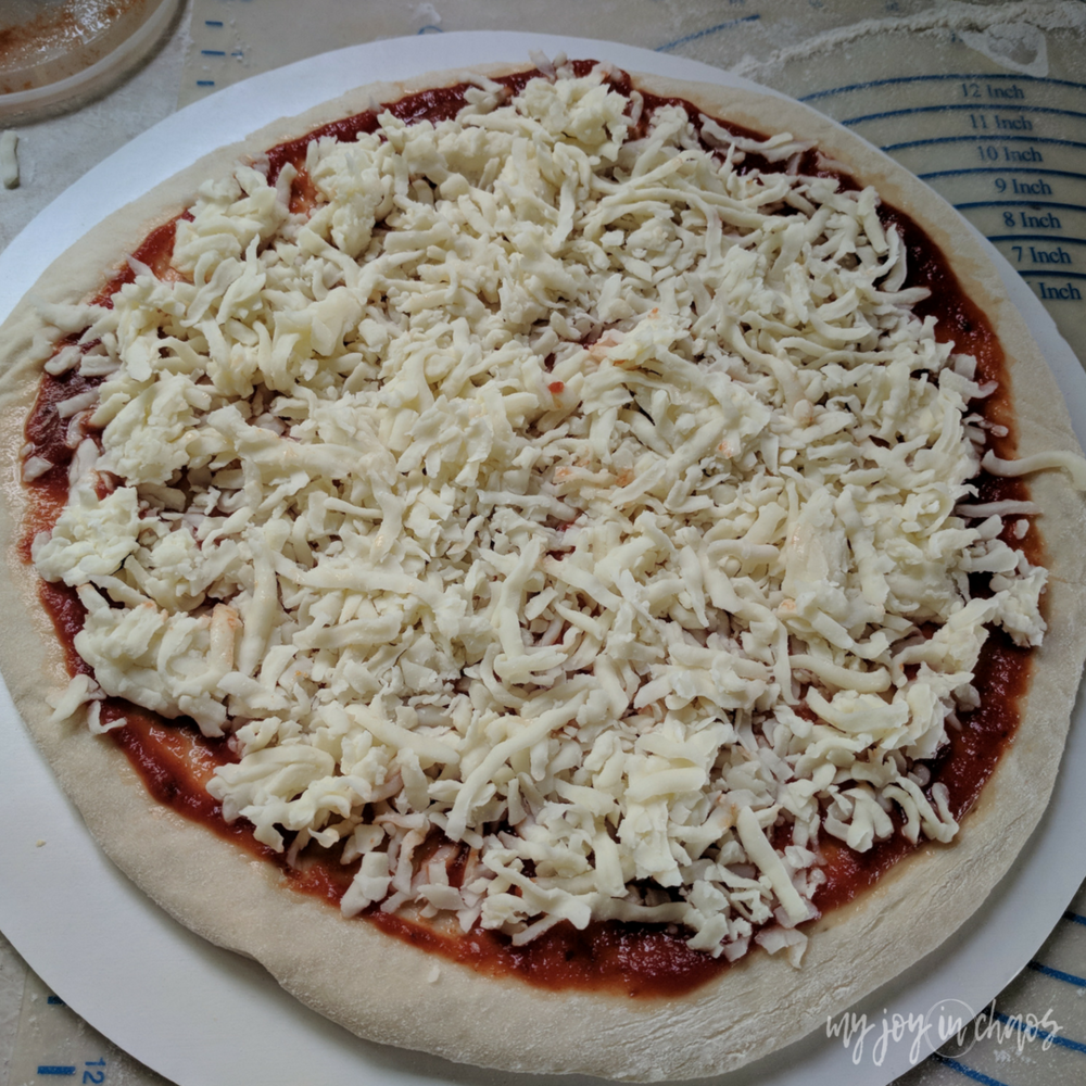 Make your own homemade frozen pizzas and never buy the boxed version again! #freezercooking #freezermeals #homemade #fromscratch