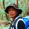 推薦者 | 阿泰 經營戶外部落格,撰寫主題涵蓋旅遊、山岳和登山裝備。著有《Live Wild 山知道》一書,現職自由文字工作者。2016年春天將與老婆兩個人徒步挑戰全程4,286公里的PCT太平洋屋脊步道。 喜歡看海但不擅長水上運動 ,所以最常從事的戶外活動是單車、慢跑和登山。最愛的登大山是因為當年跟隨父親的腳步進入山林,第一次上山信心滿滿卻以高山症狼狽收場,嘴巴喊著再也不要爬山了,身體卻誠實地拜倒在高山美景之下。原來登山是一種純粹的運動,單純、孤獨,充滿對生命的洞悉與體悟。近期也迷上獨木舟運動,希望未來能有一艘自己的小船。