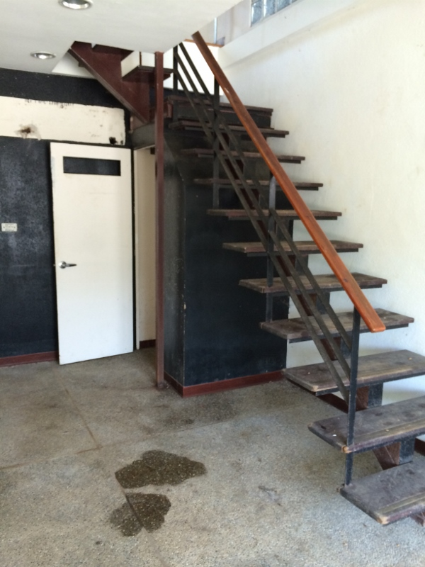 (Before >>為了要留給藏在屋後的平房老屋的過道,我們將1F的樓梯後方原本的廁所拆除重建)