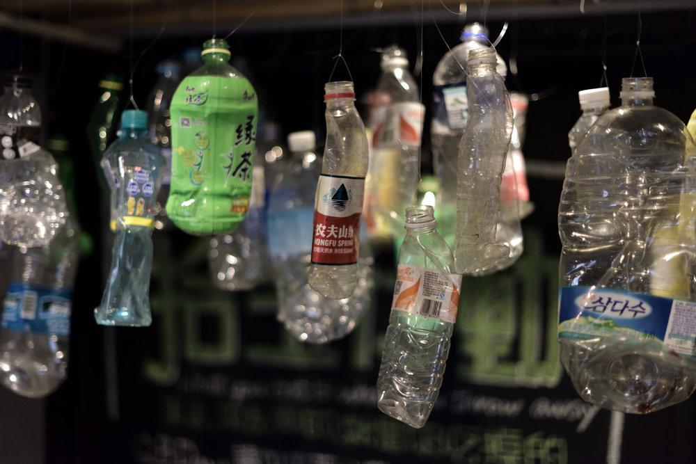 (這些懸掛展示的寶特瓶來自東亞與東南亞各國,都是從沙珠灣撿到的)