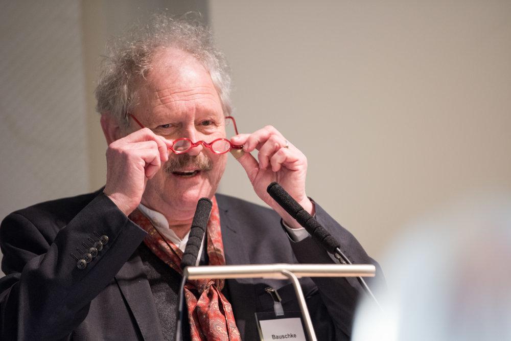Prof. Dr. Hans-Joachim Bauschke, Hochschule der Bundesagentur für Arbeit (HdBA),Mannheim/Schwerin, stellt die nächste Referentin vor und übernimmt die Moderation der anschließenden Diskussion.