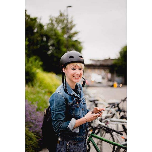 😍 Our pal and photographer @peanutbuttervibesphotography nabbed this great snap of our wholesale manager @susannbarryy the other day. Hi Susan 👋 Any wholesale enquiries shoot this ray of sunshine an email - susan@darkartscoffee.co.uk