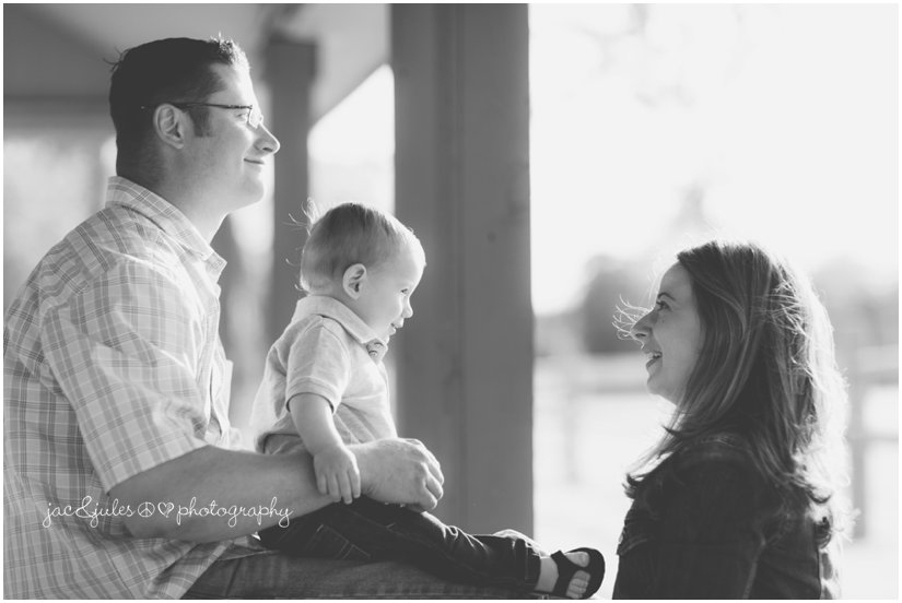 candid lifestyle black and white family photo by jacnjules at beachwood beach in New Jersey