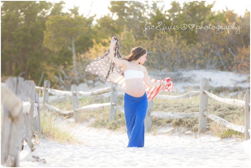 maternity photo waving an american flag at the beach in nj by jacnjules