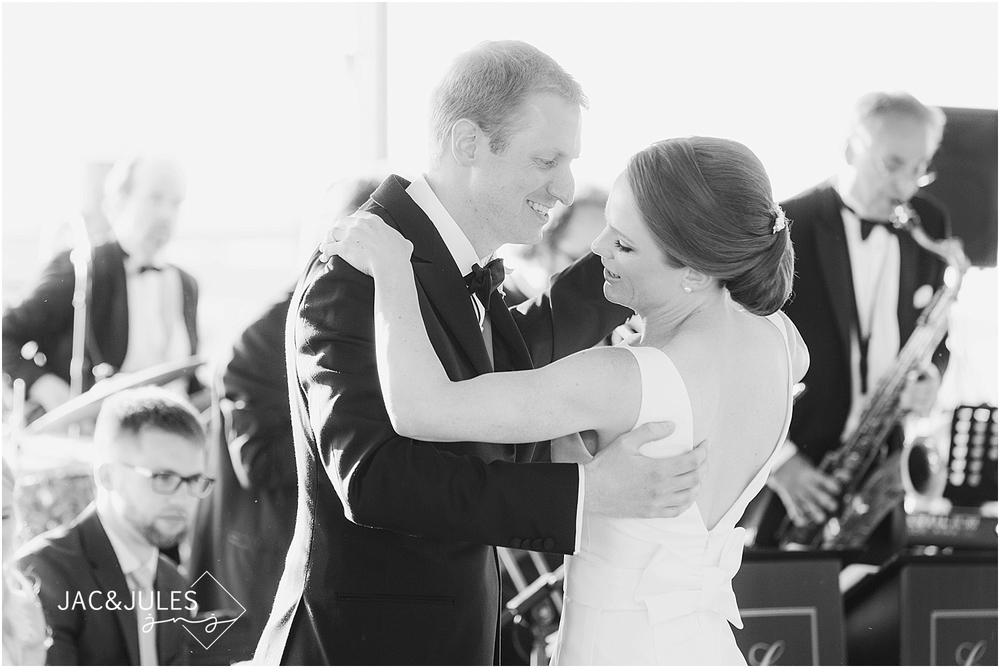 jacnjules photograph a first dance at a wedding at mantoloking yacht club in nj
