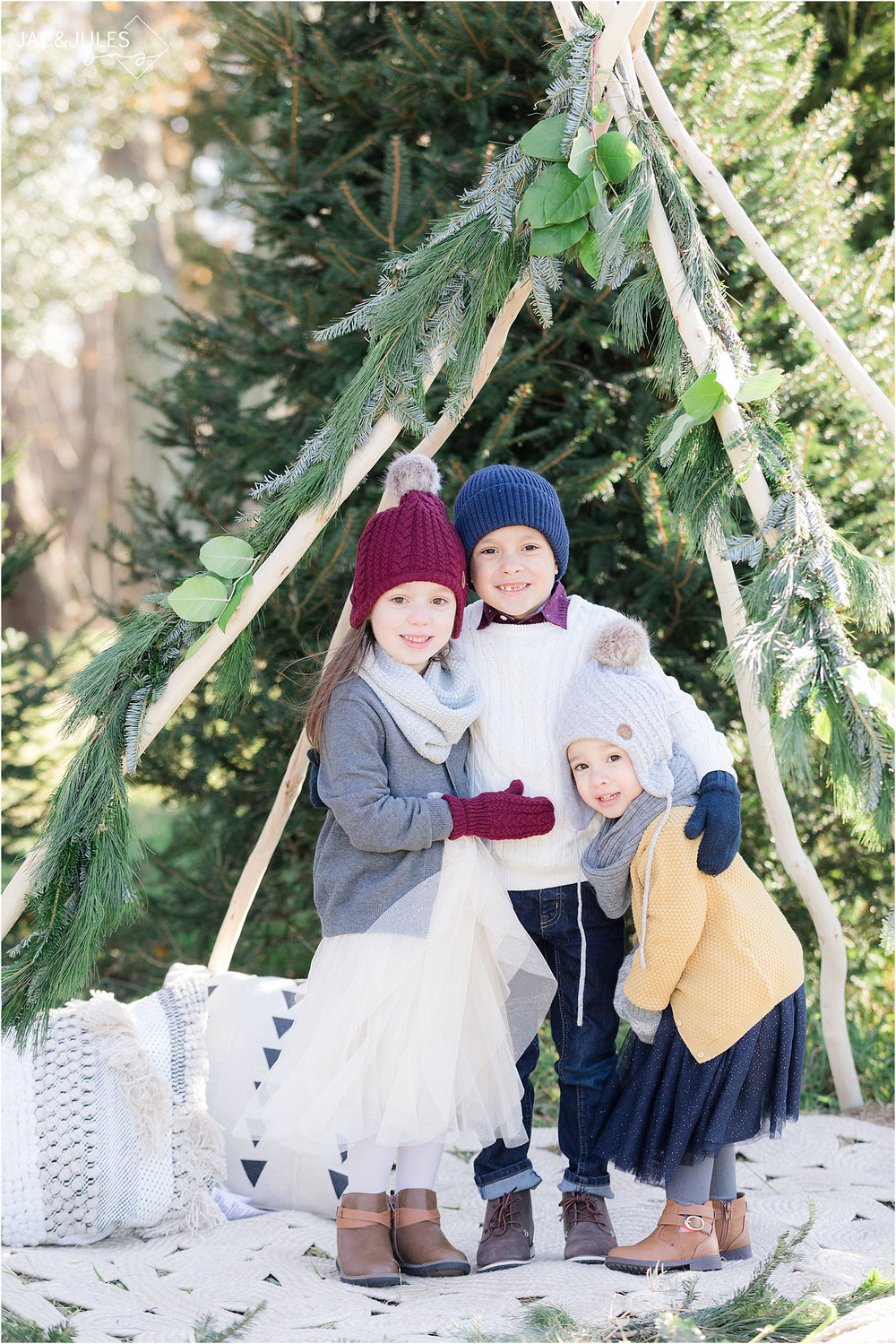 unique winter photos in NJ using teepee with garland